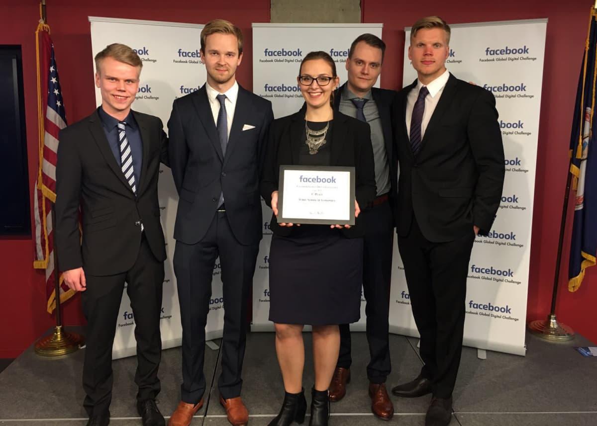 Turun kauppakorkeakoulun opiskelijat esittelevät Global Digital Challenge -palkintoa.