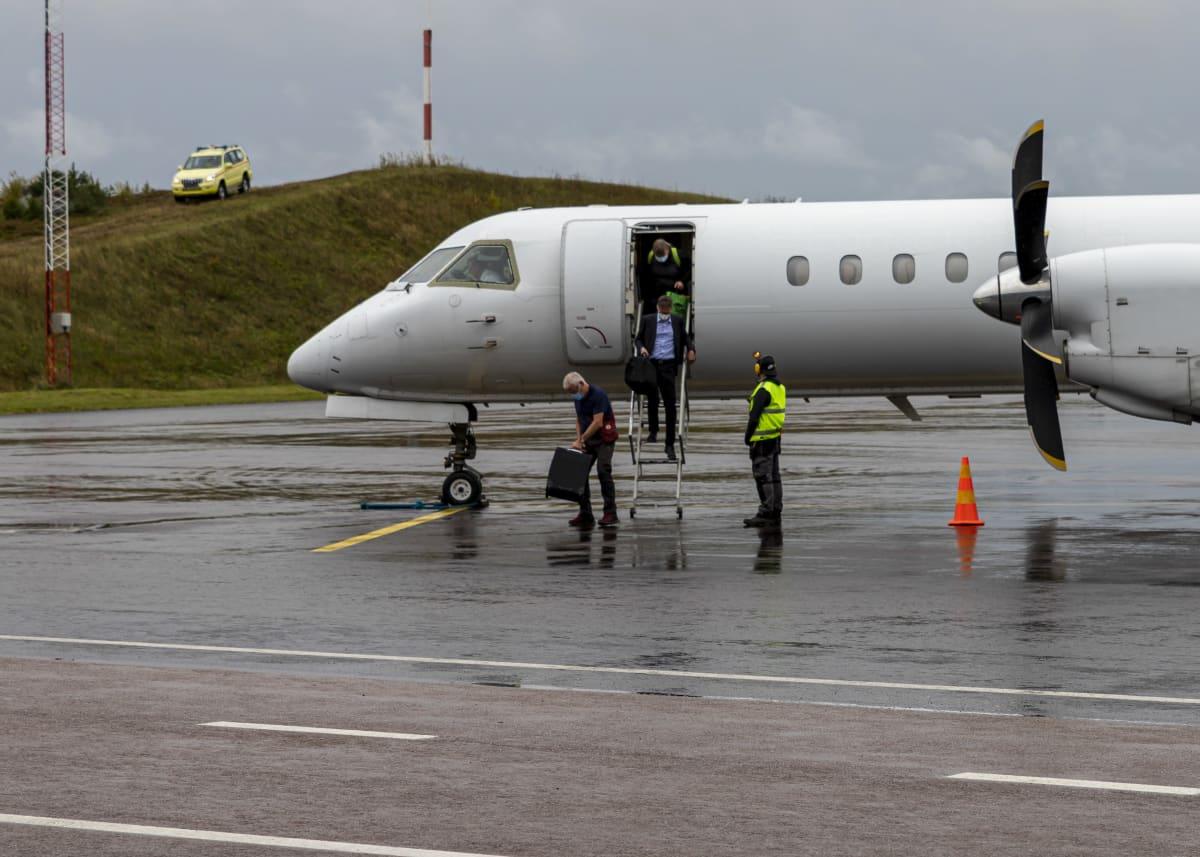 Matkustajia purkautuu Nyxairin lennolta Jyväskylän lentoasemalla.