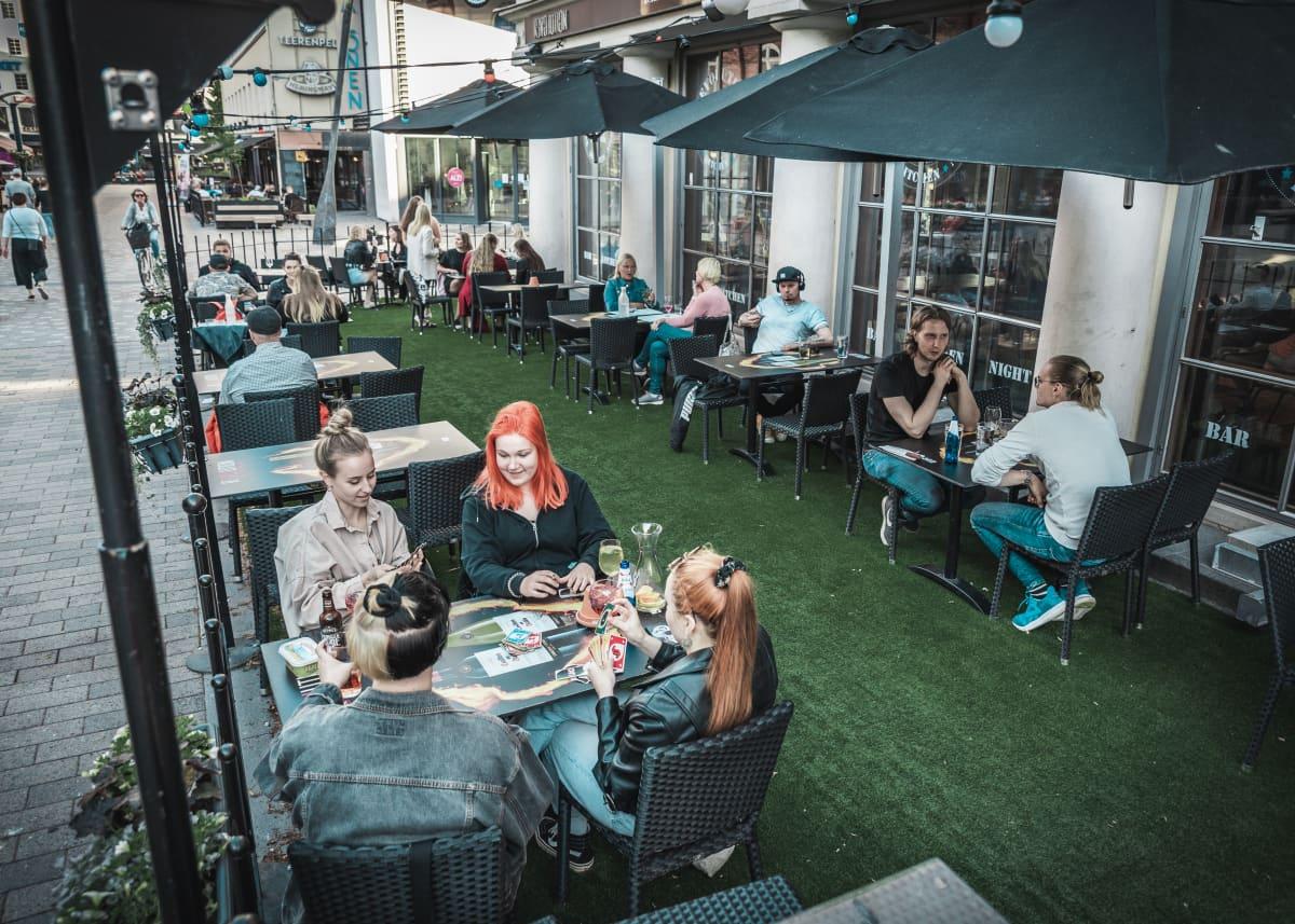 Asiakkaita ravintola Revolutionin terassilla Jyväskylässä.