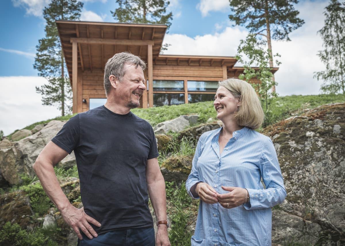 Kirsi Pohjola ja Kimmo Jokinen talon edustalla.