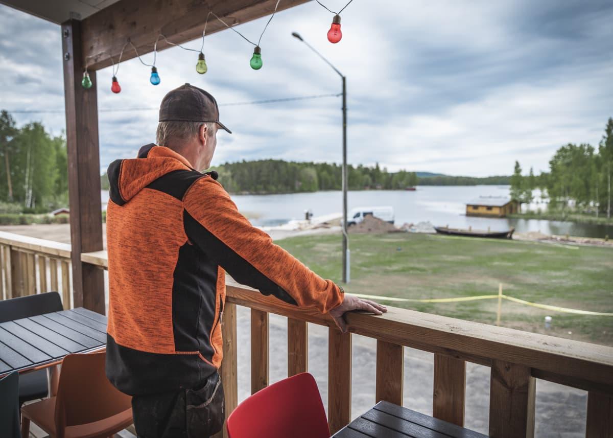 Jarno Akerman katsoo ravintolan terassilta järvelle päin.