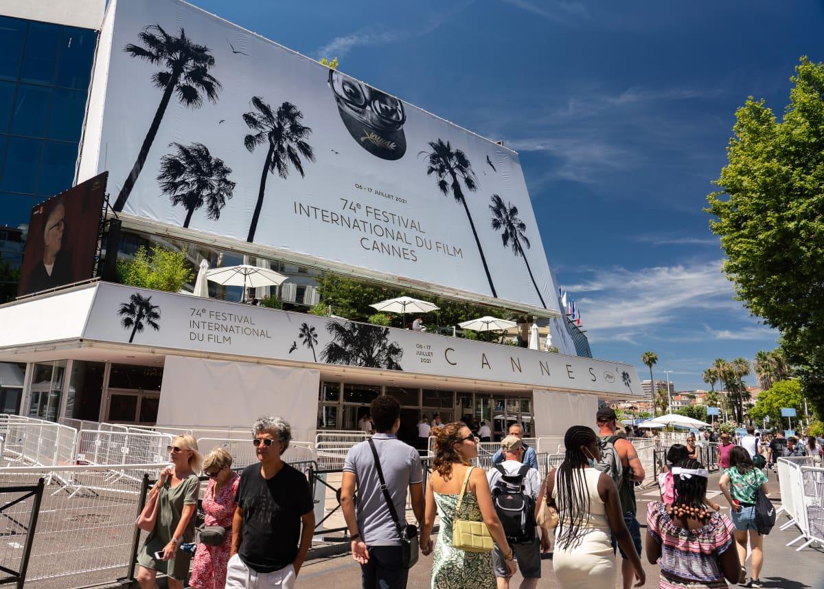 Ihmisiä kadulla Cannesissa.