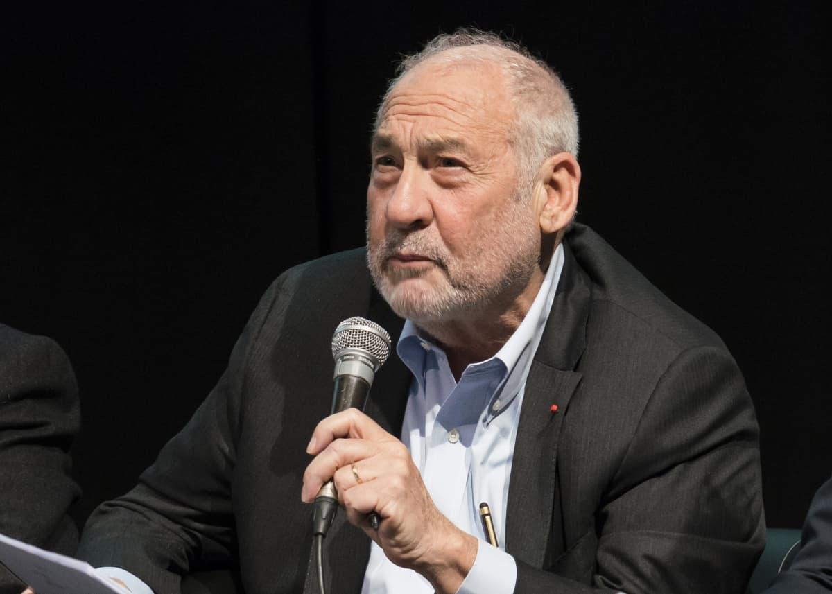 Ekonomisti Joseph Stiglitz esiintymässä Lyonissa Ranskassa 6.11.2019