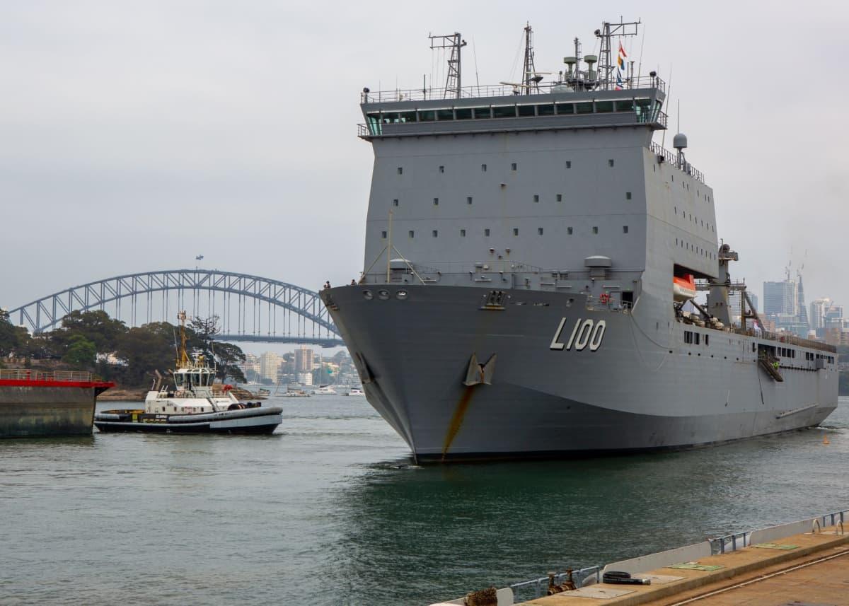 Australian laivaston alus HMAS Choules lähdössä laivastotukikohdasta evakuointioperaatioon Victorian ja Uuden Etelä-Walesin osavaltioihin.