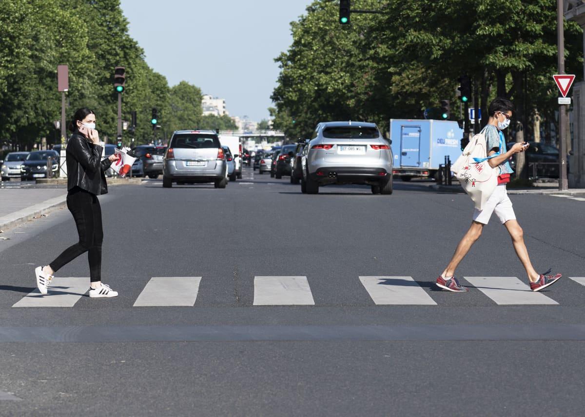 Ihmiset palasivat maanantaina Pariisin kaduille ja moni suojasi naamansa kasvomaskilla.
