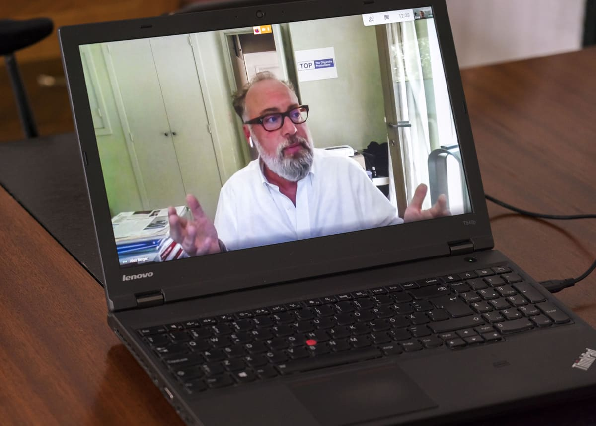 Sarjan tuottaja Alex Berger antoi Ylelle haastattelun Etelä-Ranskan kodistaan käsin.