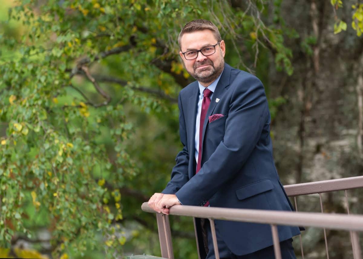 Keski-Suomen vt. maakuntajohtaja Pekka Hokkasen kuva, mies nojaa kaiteeseen ulkona