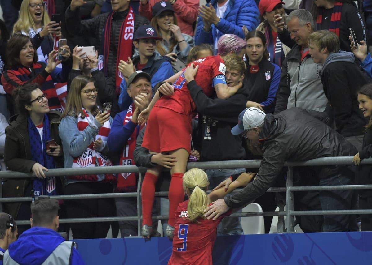 Megan Rapinoe (kesk.) juhli Thaimaa-voittoa perheenjäsentensä kanssa katsomon reunalla, mutta Brian ei ollut paikalla.