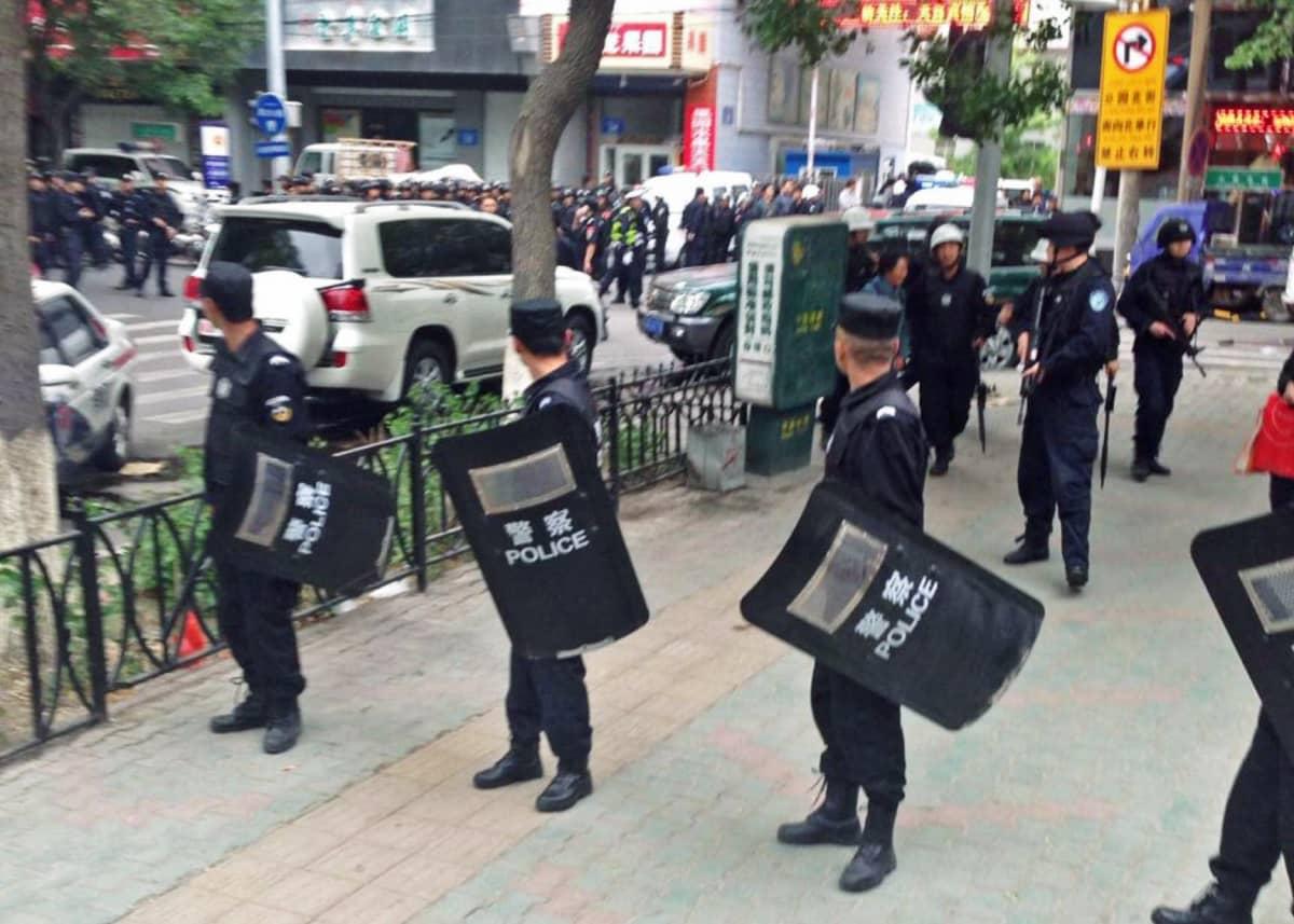 poliiseja kadulla