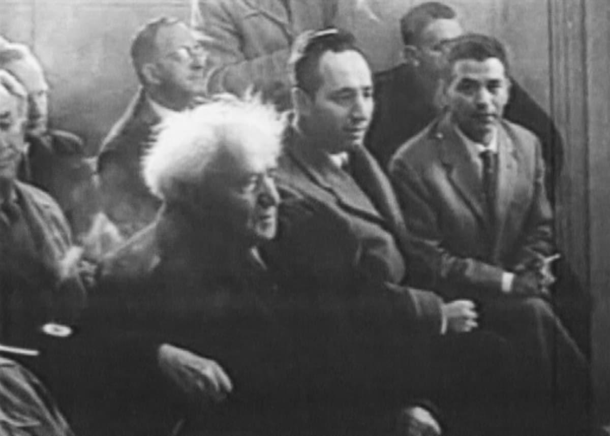 Shimon Peres Israelin ensimmäisen pääministerin David Ben-Gurionin kanssa.