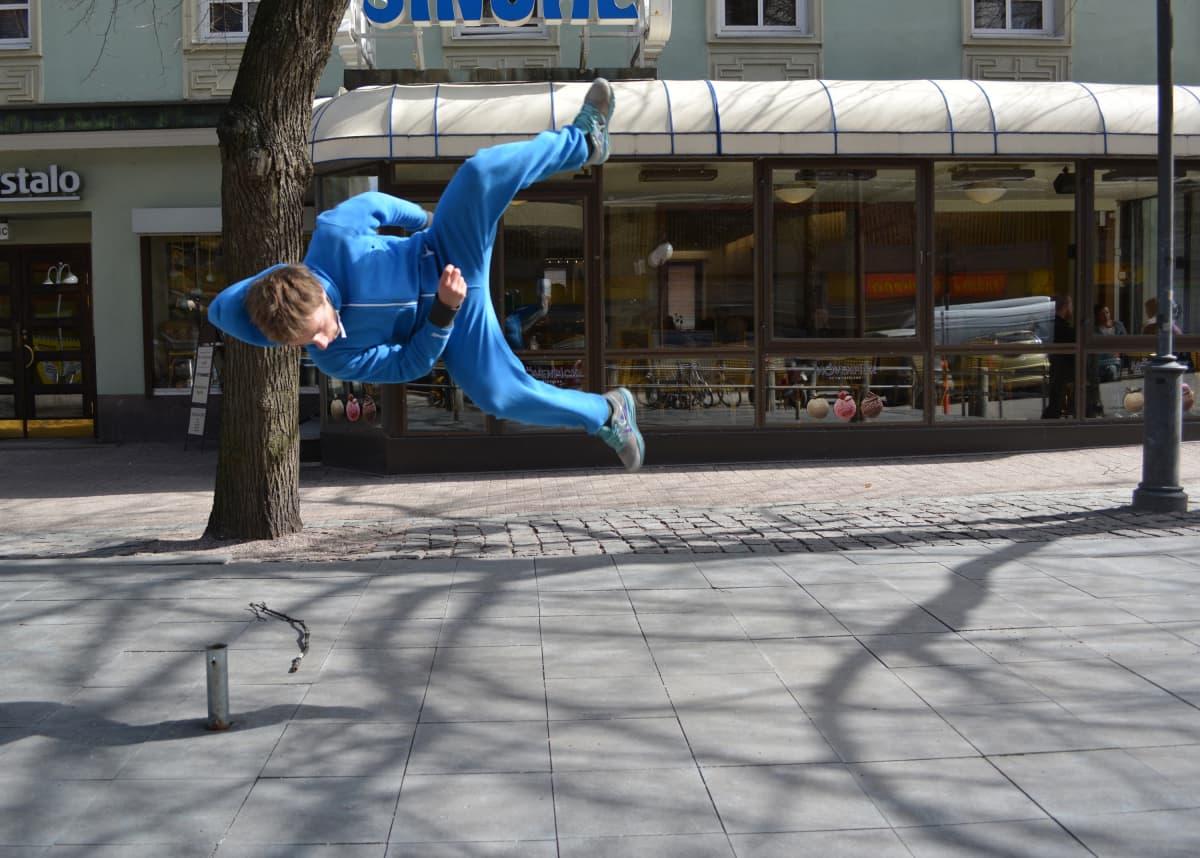 Sami Perälä tekee hyppytemppuja Lahden keskustassa.
