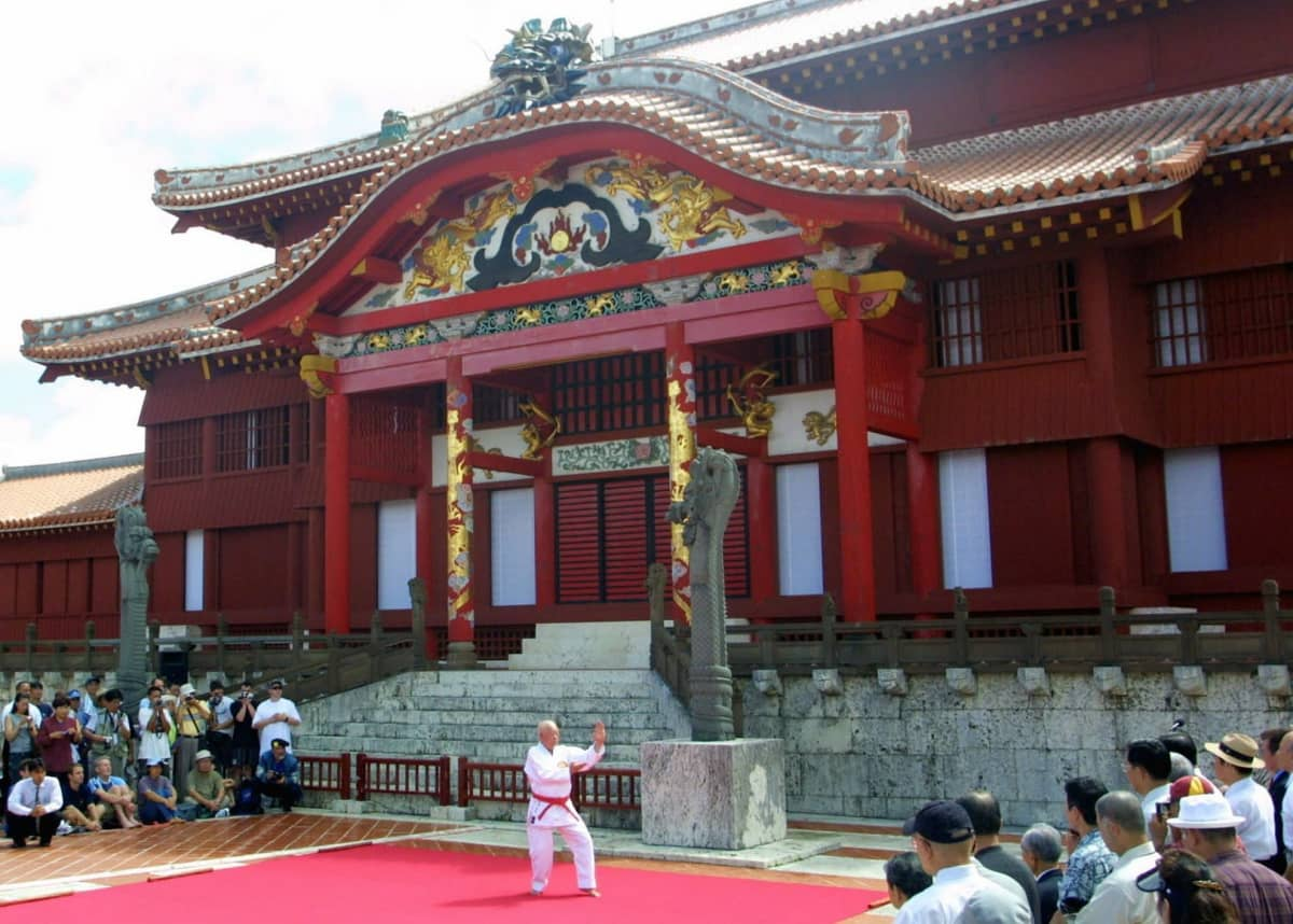 Karate-esitys Shurin linnan edustalla vuonna 2003.