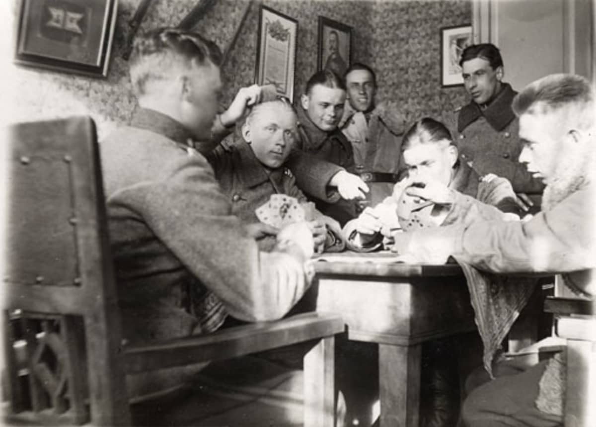 Varusmiehet pelaavat korttia