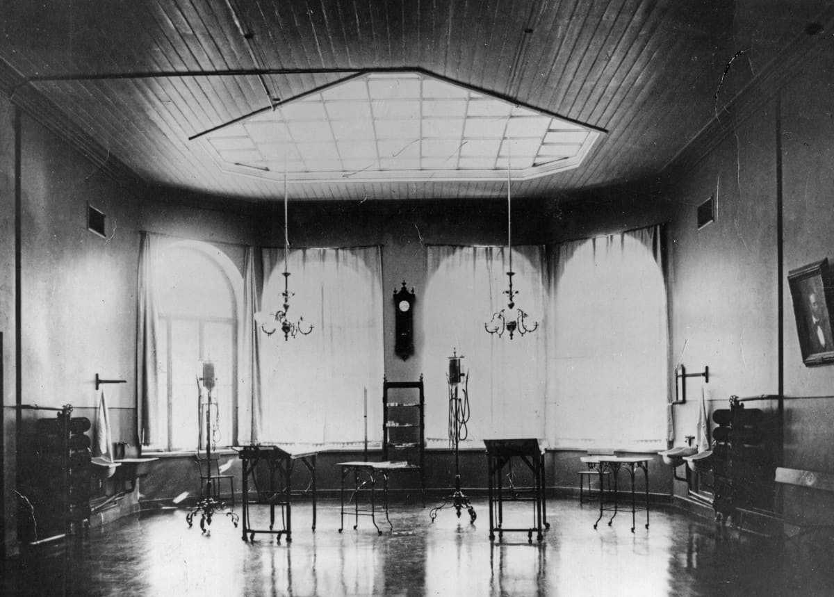 Mustavalkoinen valokuva kirurgisesta sairaalasta.