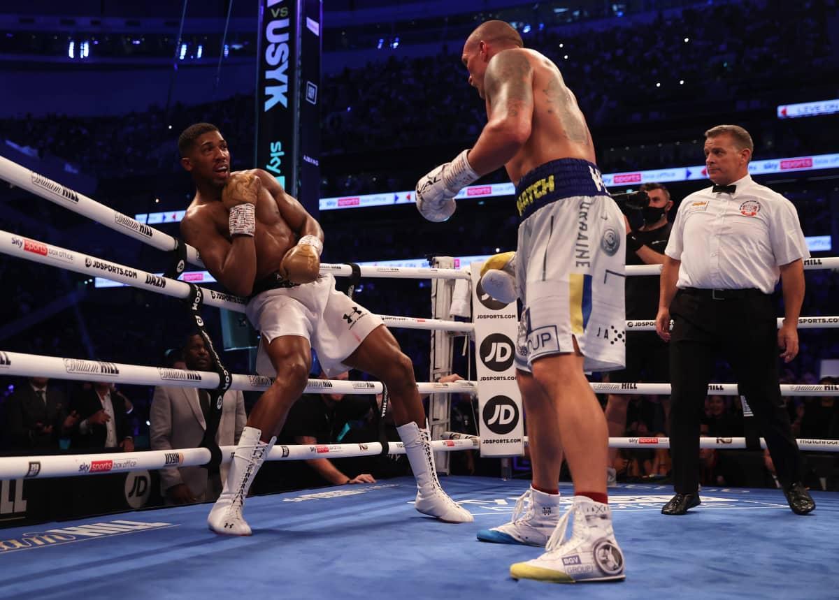 Oleksandr Usyk ja Anthony Joshua nyrkkeilevät kehässä.