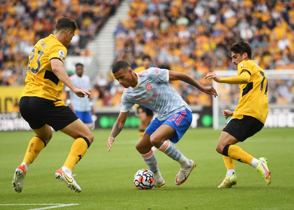 manchester Unitedin Mason Greenwood pujoitteli Wolverhamton Wanderersin puolustajien läpi.