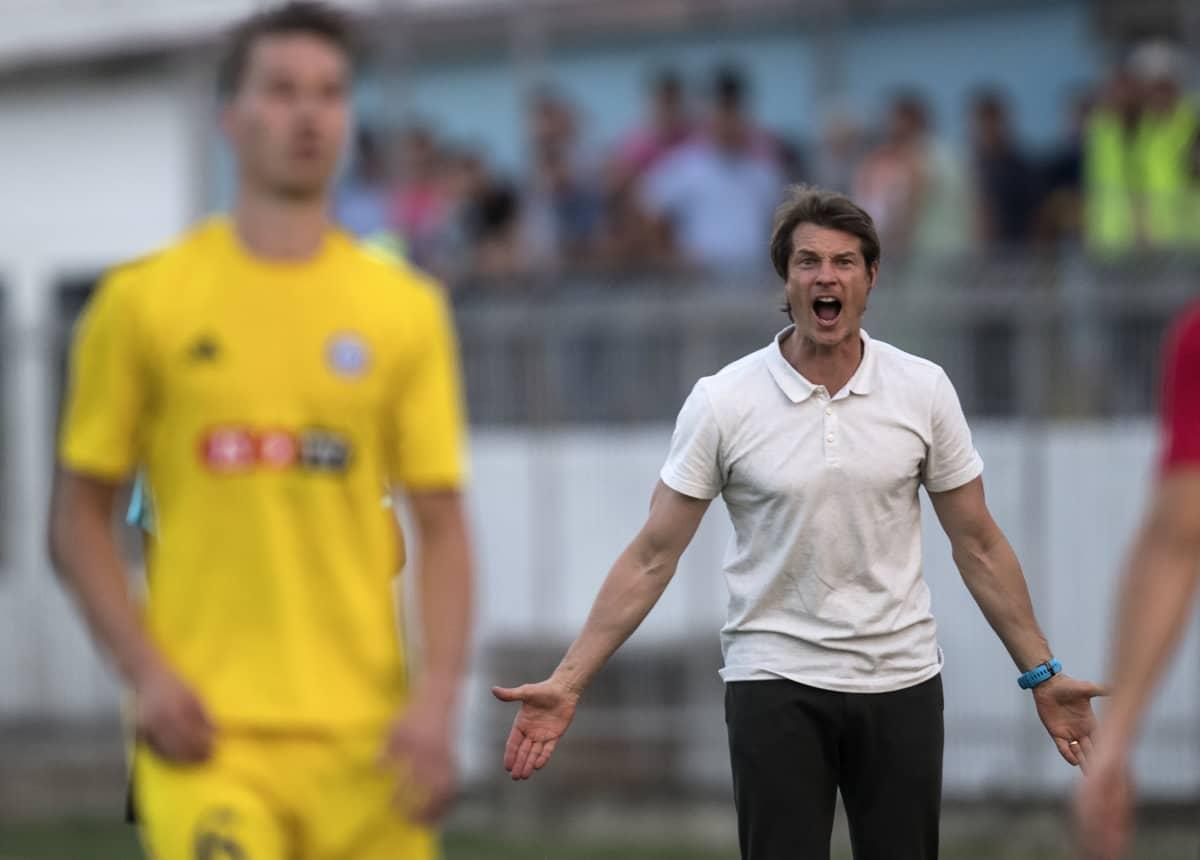 HJK:n päävalmentaja Mika Lehkosuo ohjeistaa joukkuettaan Makedoniassa.
