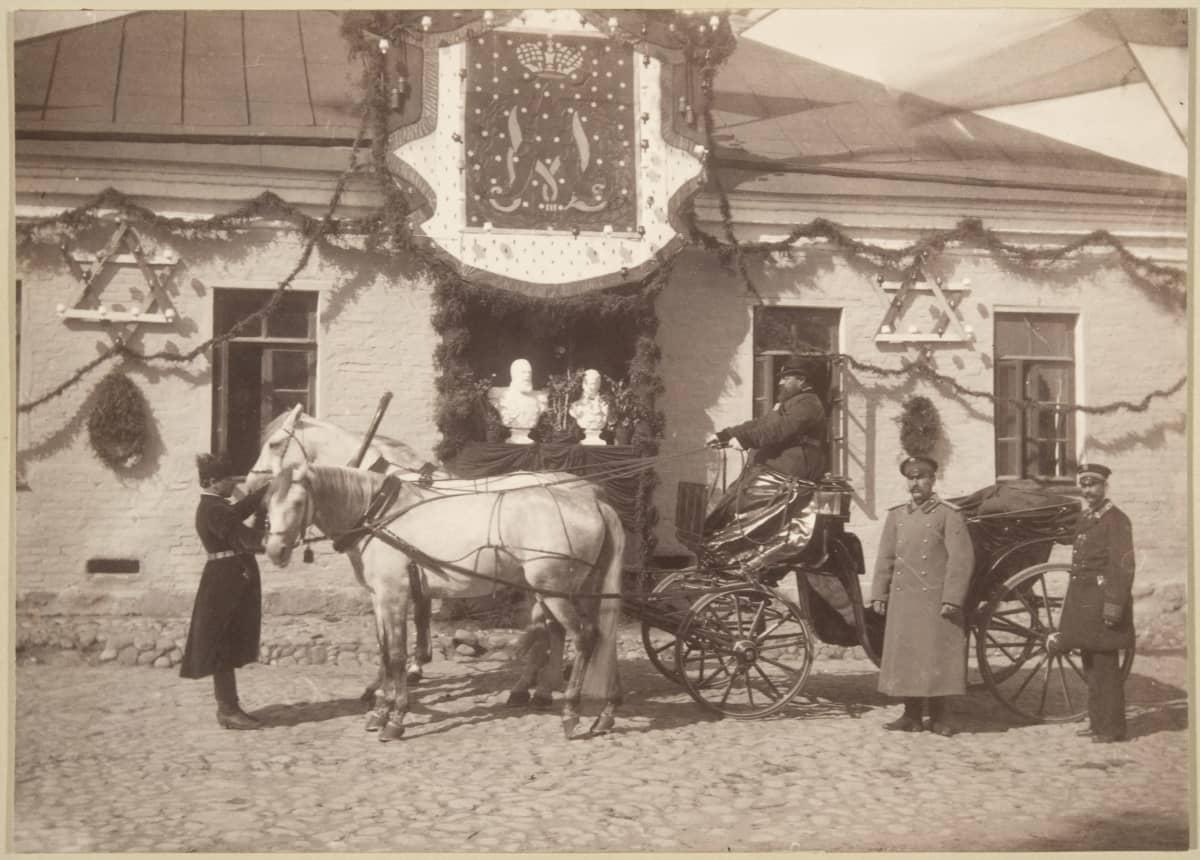Keisari Aleksanteri III:n hevosrattaat ajureineen Lappeenrannan linnoituksen kasarmin edessä.