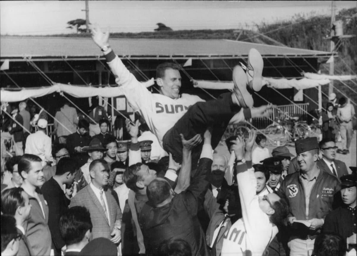 Pentti Linnosvuo juhlii Tokiossa vuoden 1964 olympiakultaa.