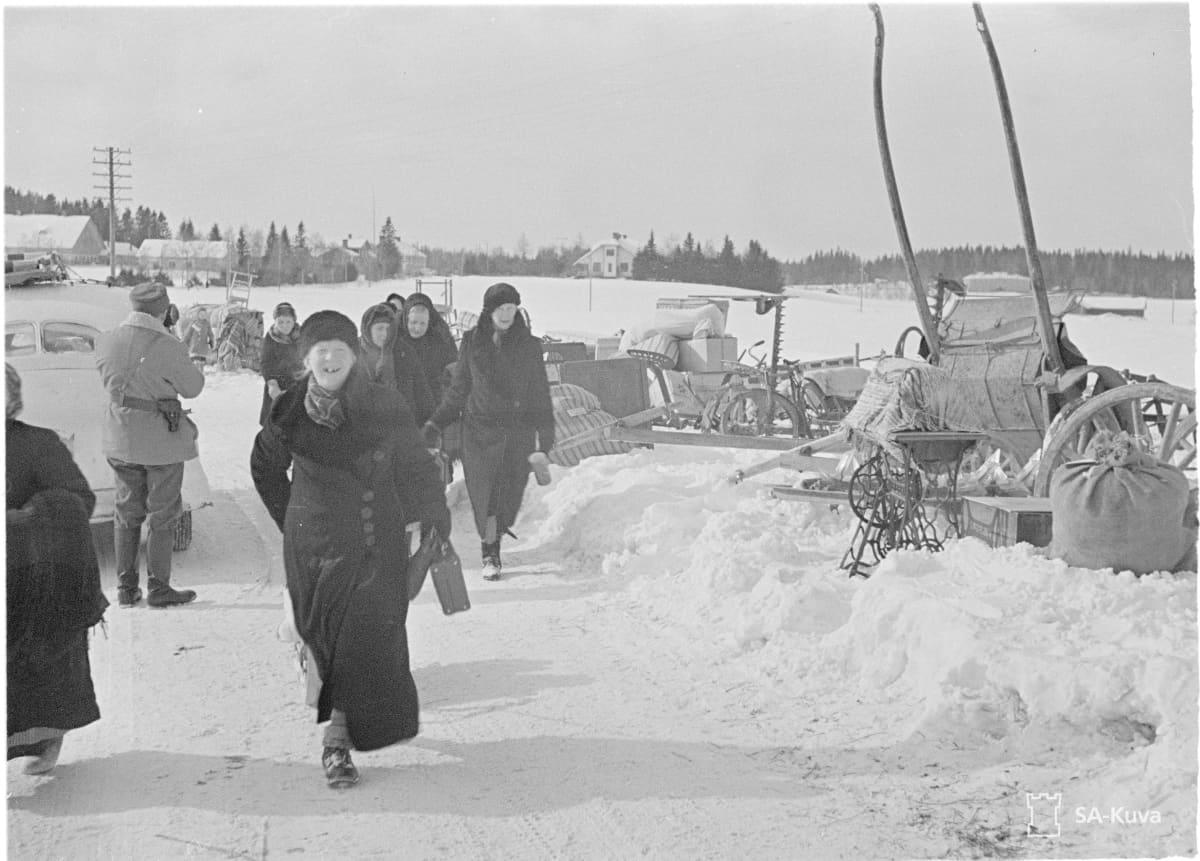 Evakuoitavia Elisenvaarassa.