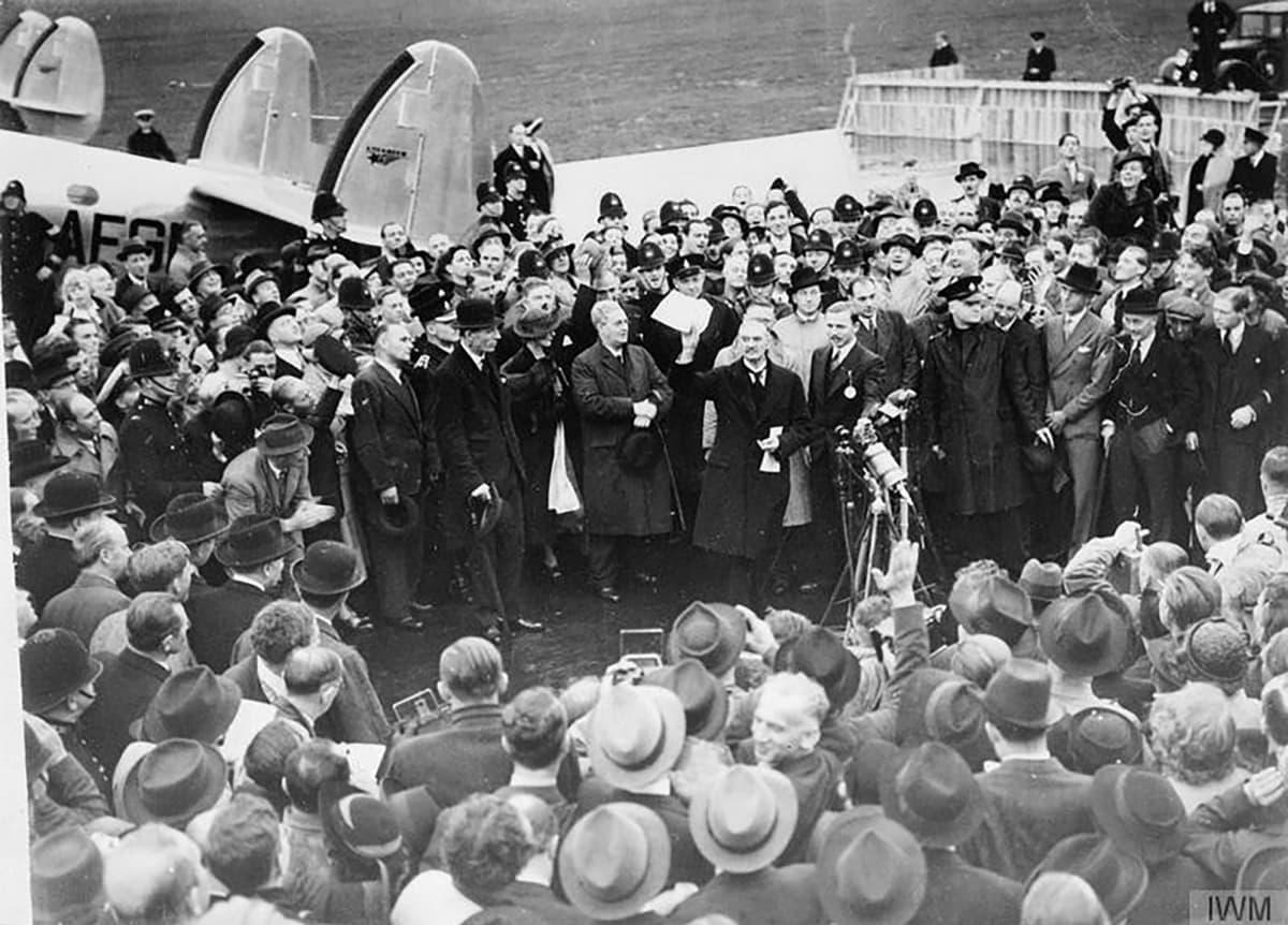Britannian pääministeri Neville Chamberlain palasi Britanniaan lokakuussa 1938 Münchenin sopimuksen allekirjoituksen jälkeen.