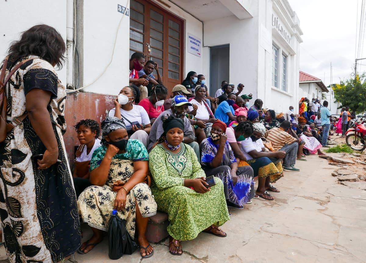Ihmiset odottavat laivojen saapumista.