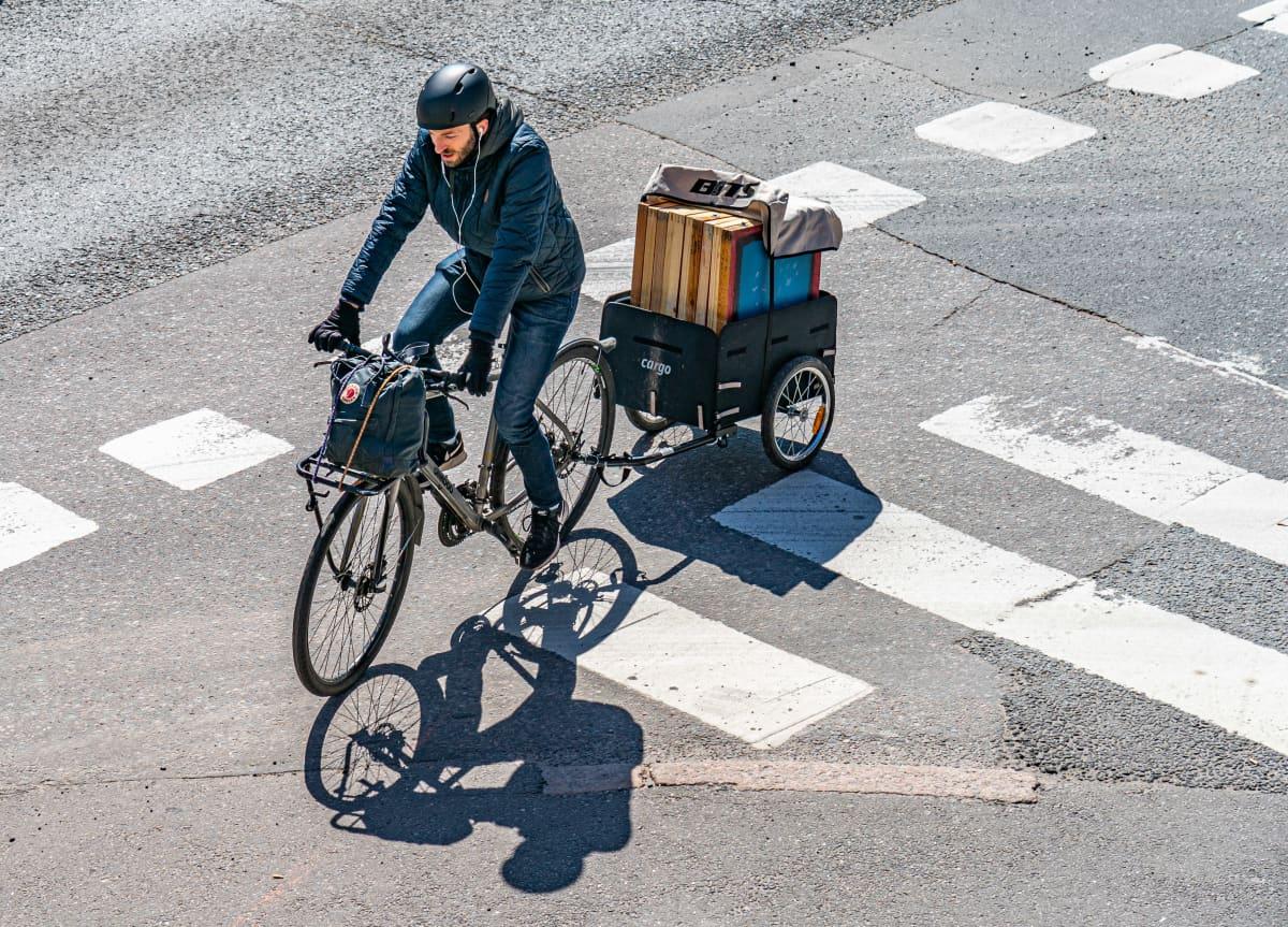 Polkupyörä jossa perävaunu.