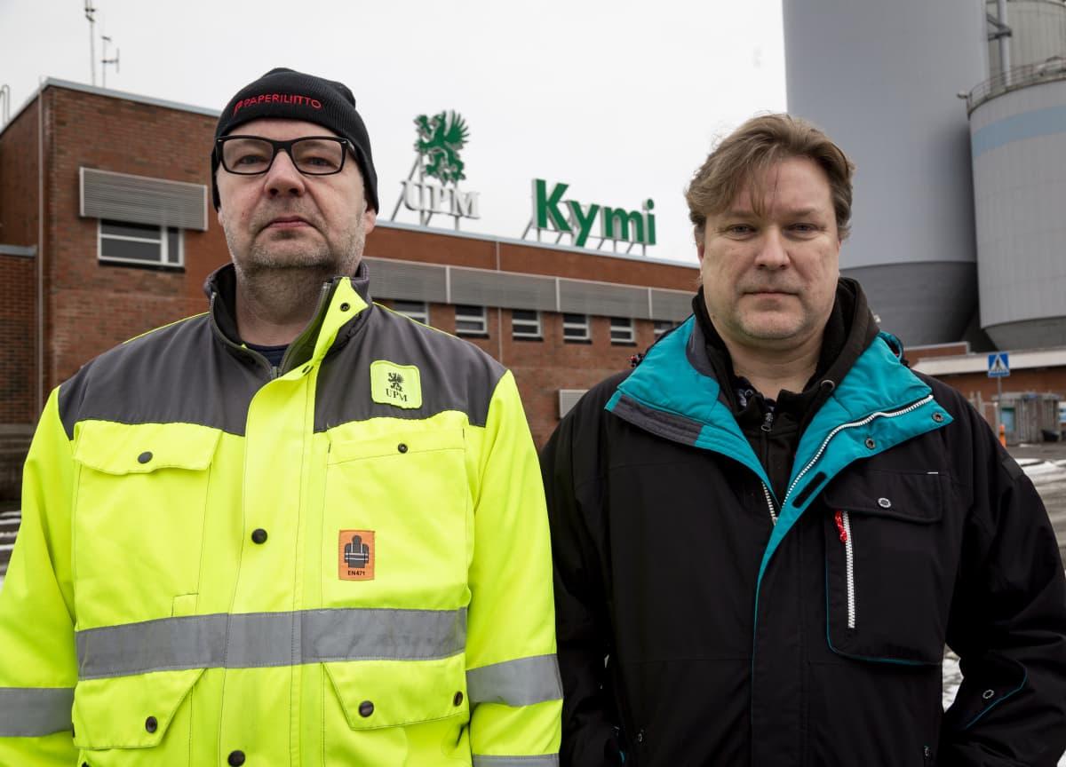 UPM pääluottamusmies Pasi Untolahti ja paperityöntekijä Kim Joutjärvi seisovat UPM Kymin paperitehtaan edessä