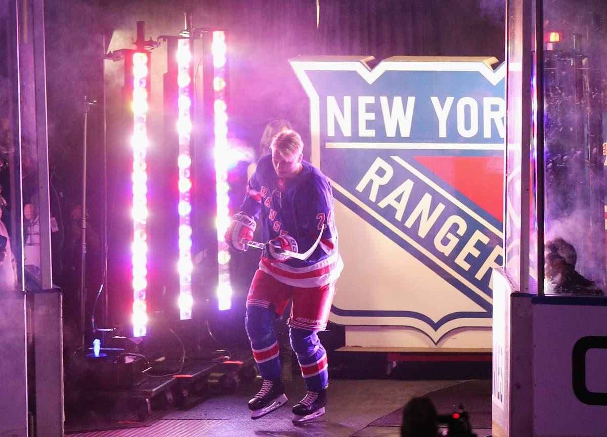 Kaapo Kakko joukkue-esittelyssä ennen New York Rangersin ottelua.