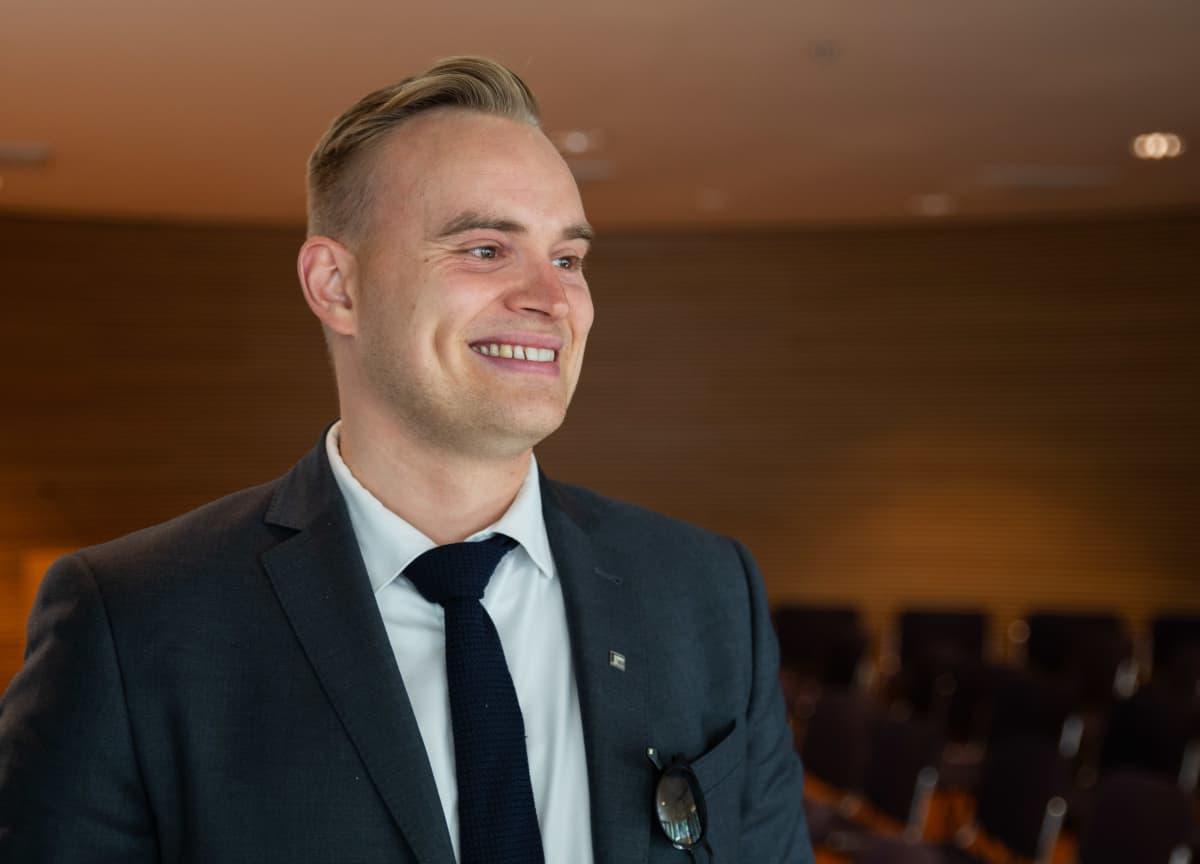 Vihreiden kansanedustaja Atte Harjanne Eduskunnan Pikkuparlamentissä.