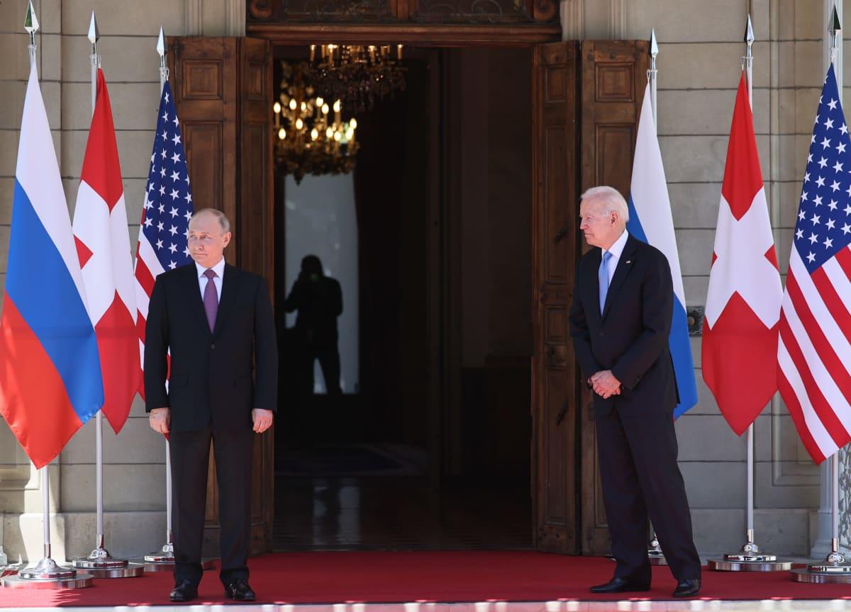 Presidentit Joe Biden ja Vladimir Putin hetki ennen kättelyä Genevessä.