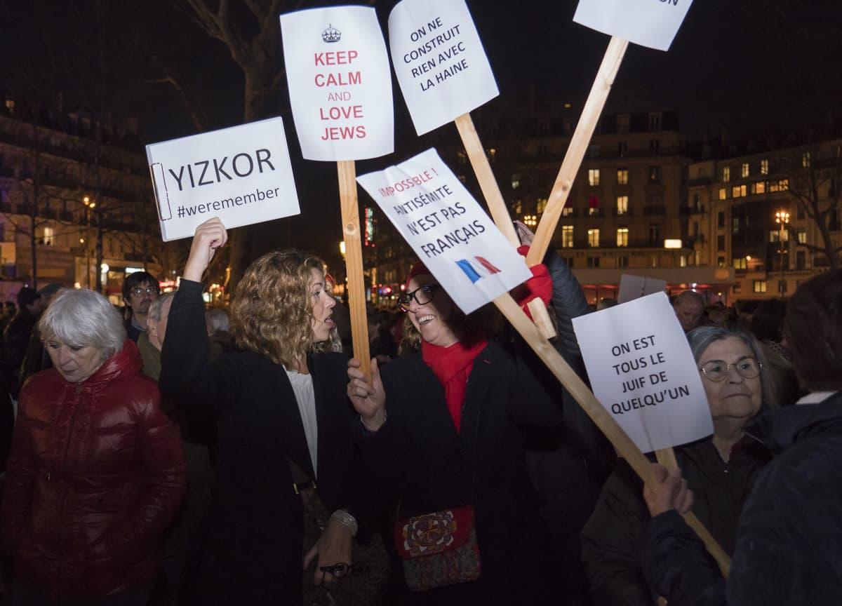 Pariisin Tasavallan aukiolla osoitettiin illalla mieltä vihapuhetta ja väkivallantekoja vastaan.