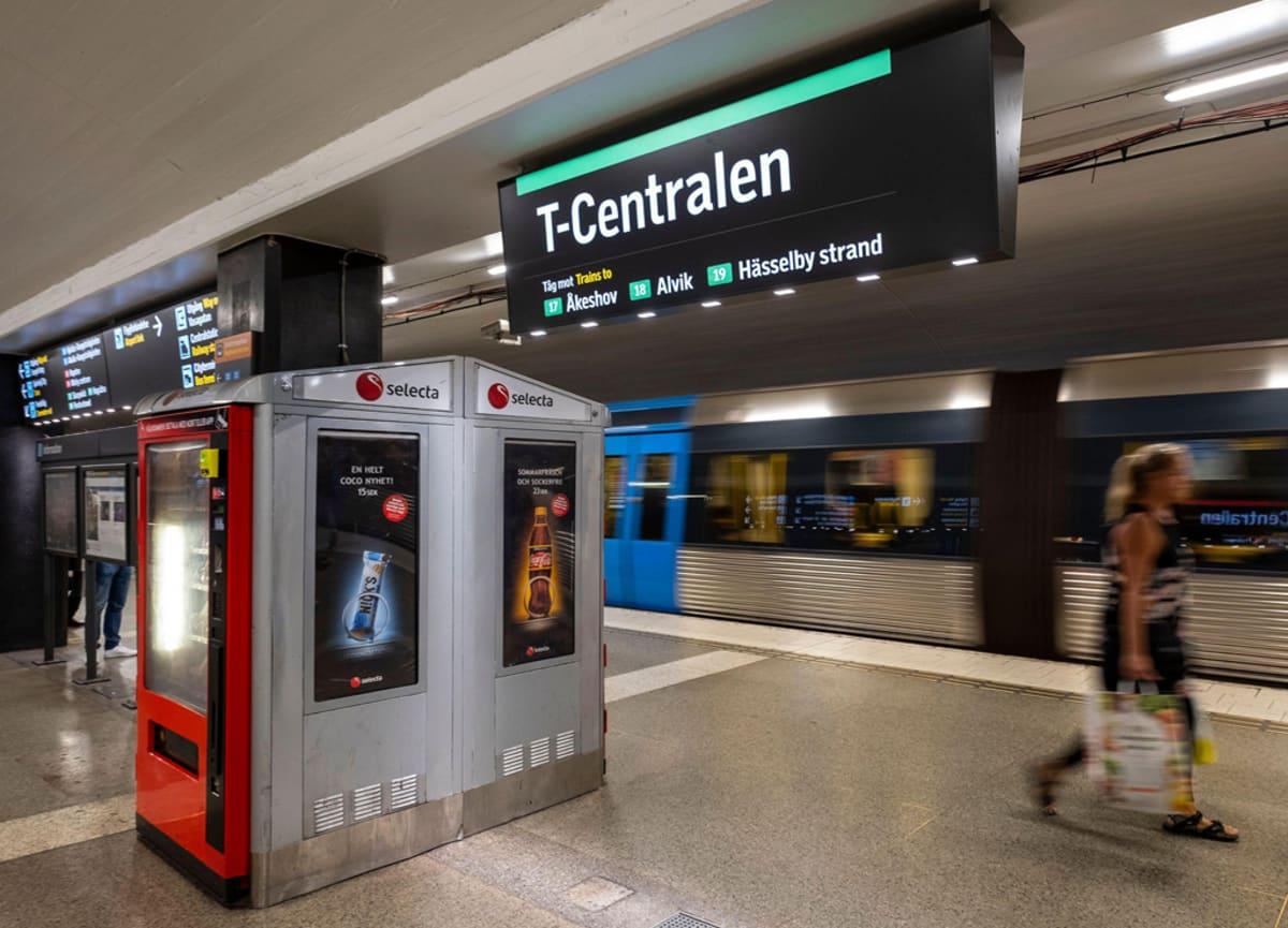 Tukholman T-Centralenin metroaseman laituri, josta juna on juuri lähdössä.