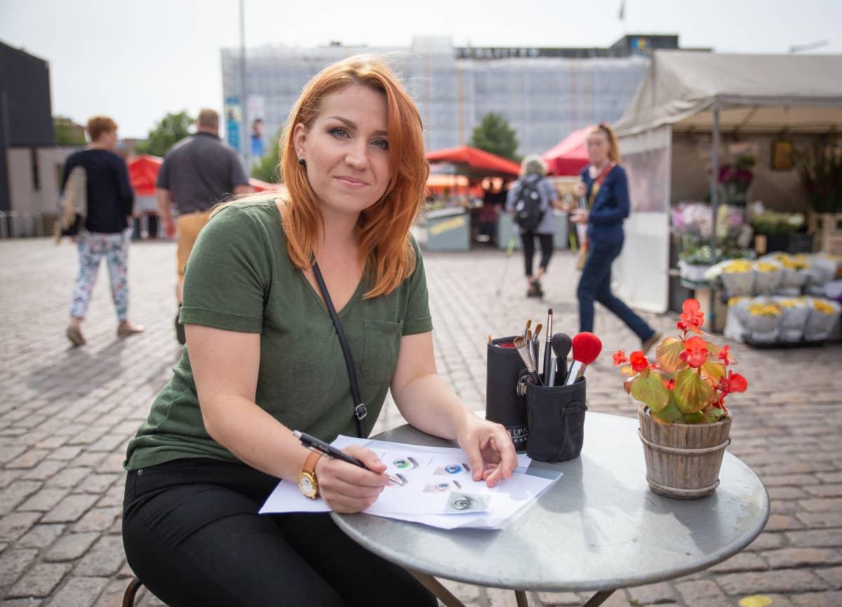 Kauneudenhoitoalanopettaja Heli Mälisalo Hakaniemen torilla torikahvilassa.