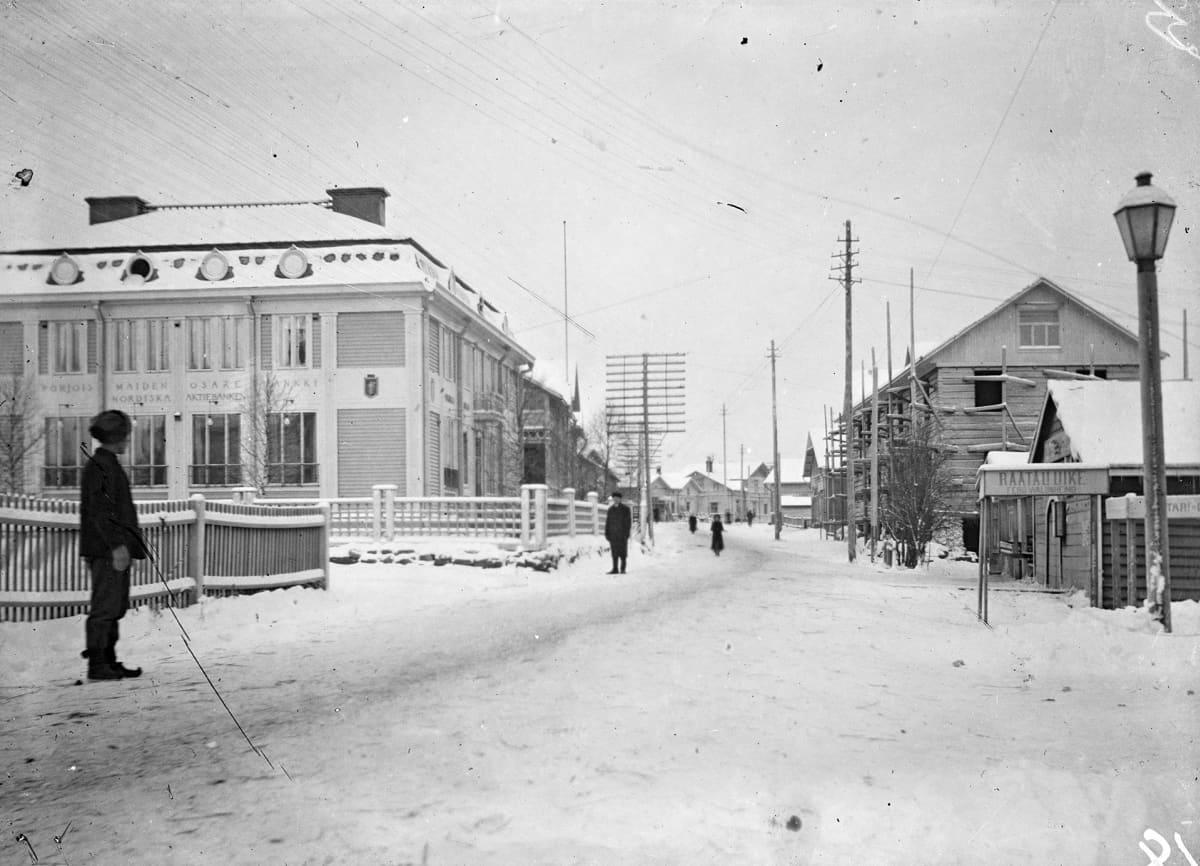Rovaniemi 1913. Katunäkymä Rovaniemeltä, vasemmalla Pohjoismaiden osakepankki.