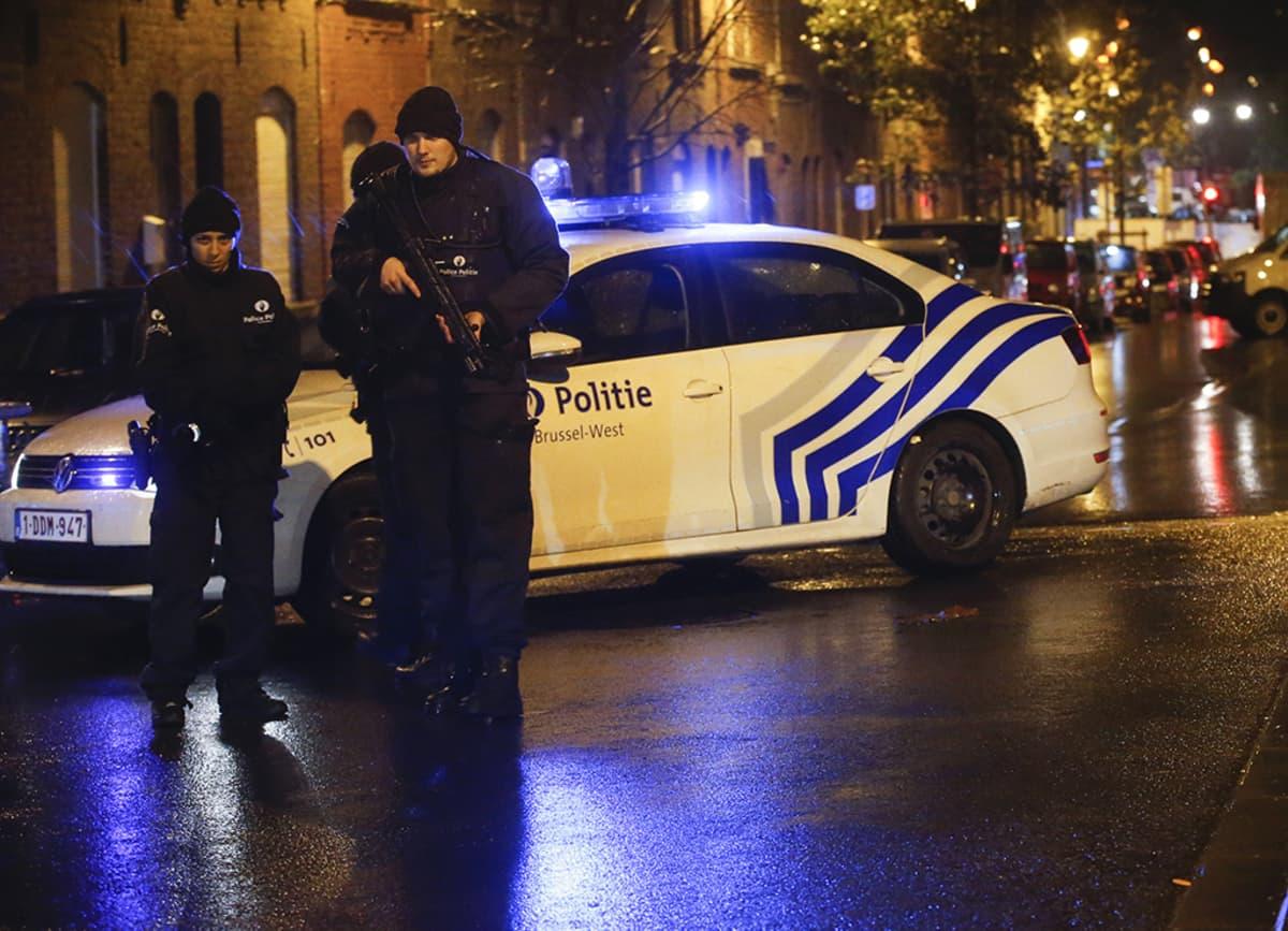 Poliisit partioivat kadulla Molenbeekin kaupunginosassa Brysselissä.