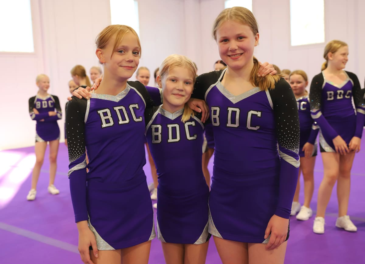 Black Diamond Cheerleadersin Mirage kilpajoukkueen Minna Mannonen, Siiri Petäjä ja Nea Partia.