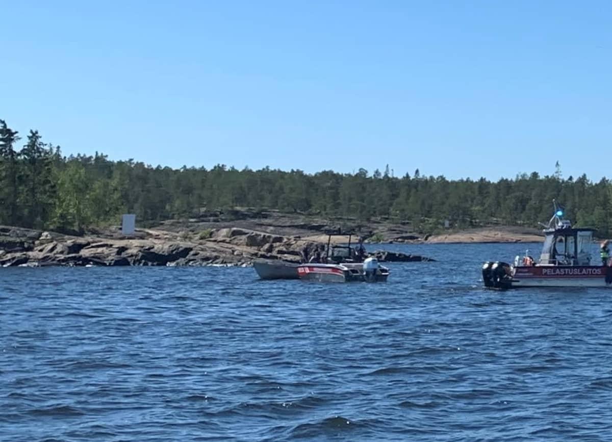 Pelastuslaitoksen vene vedessä kivikkoisen rannan edustalla.