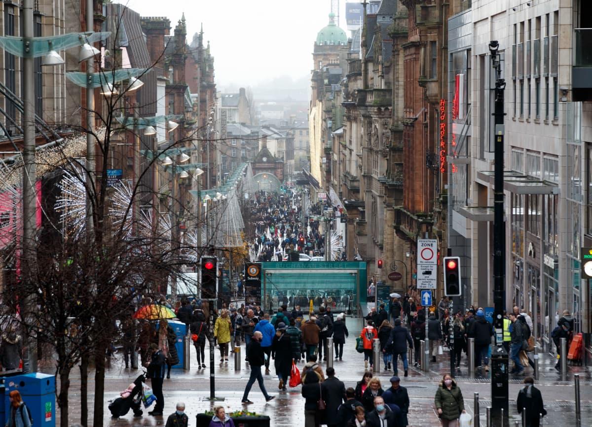 Skotlannin Glasgow'ssa on voimassa tiukkoja koronarajoituksia joulukuun 11. päivään saakka.Ihmiset hoitivat asioitaan ennen rajoitusten voimaan astumista 20. marraskuuta 2020.