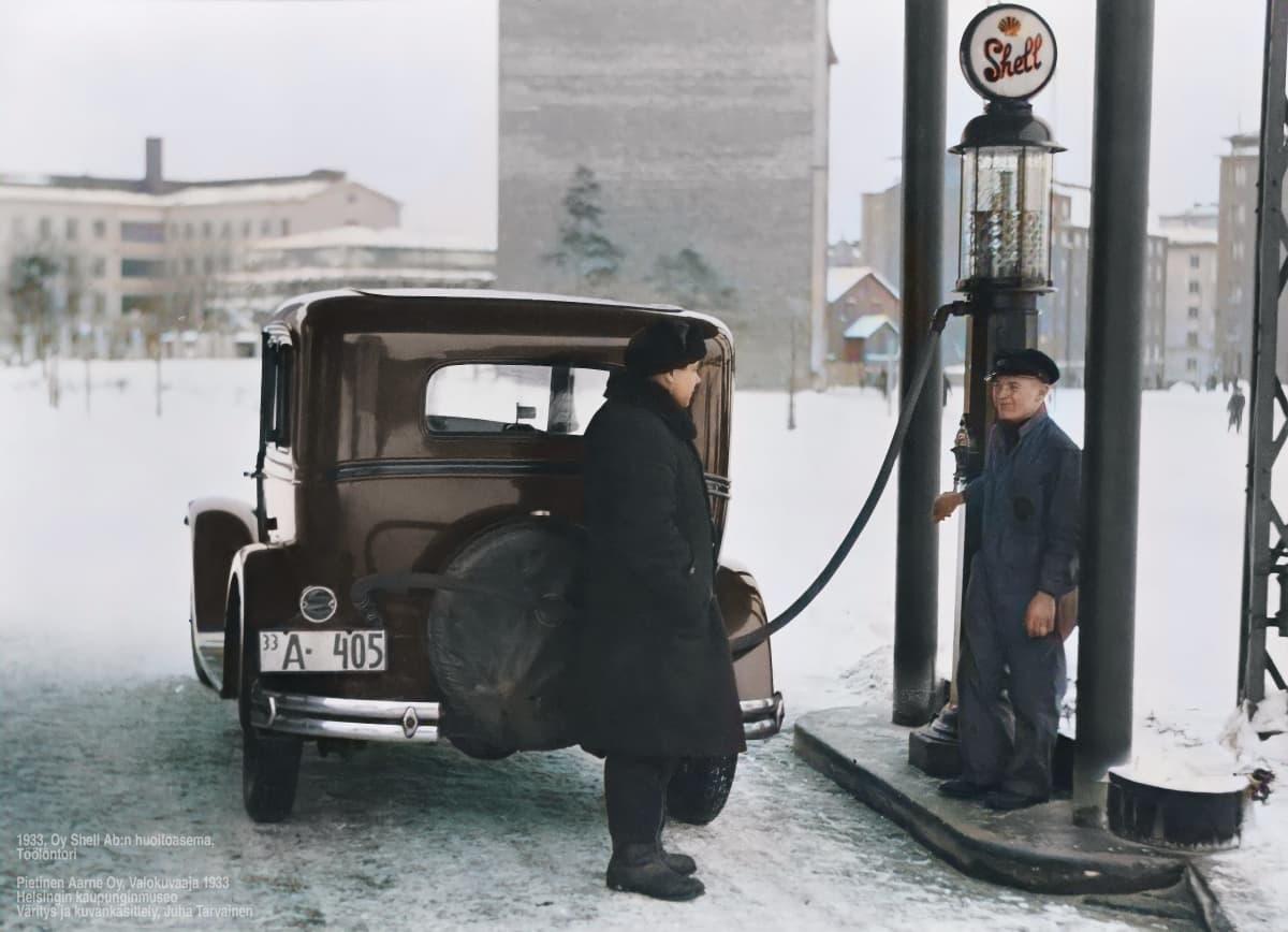 Vanha auto huoltoasemalla tankattavana.