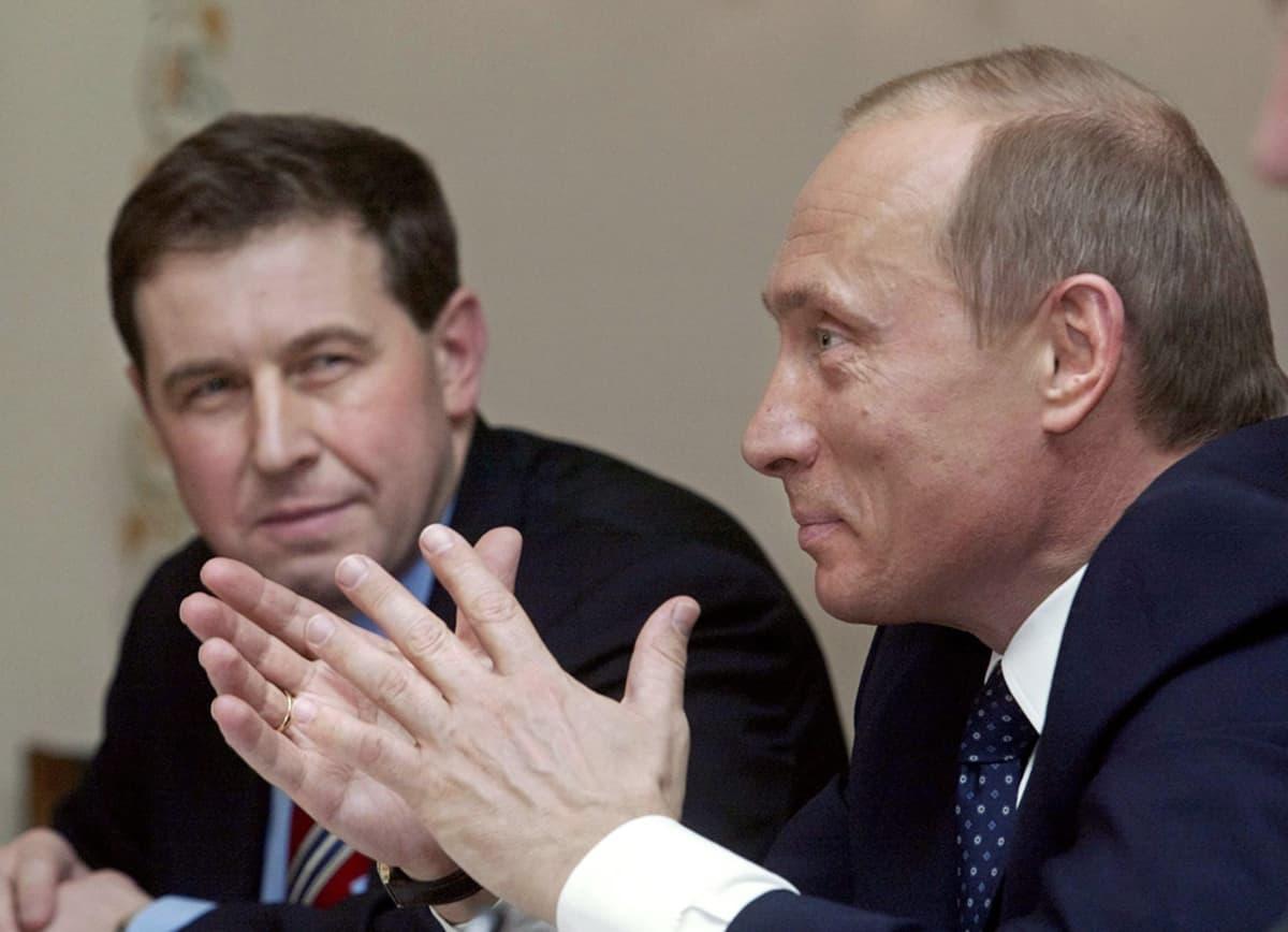 Andrei Illarionov (vas.) sekä venäjän presidentti Vladimir Putin.