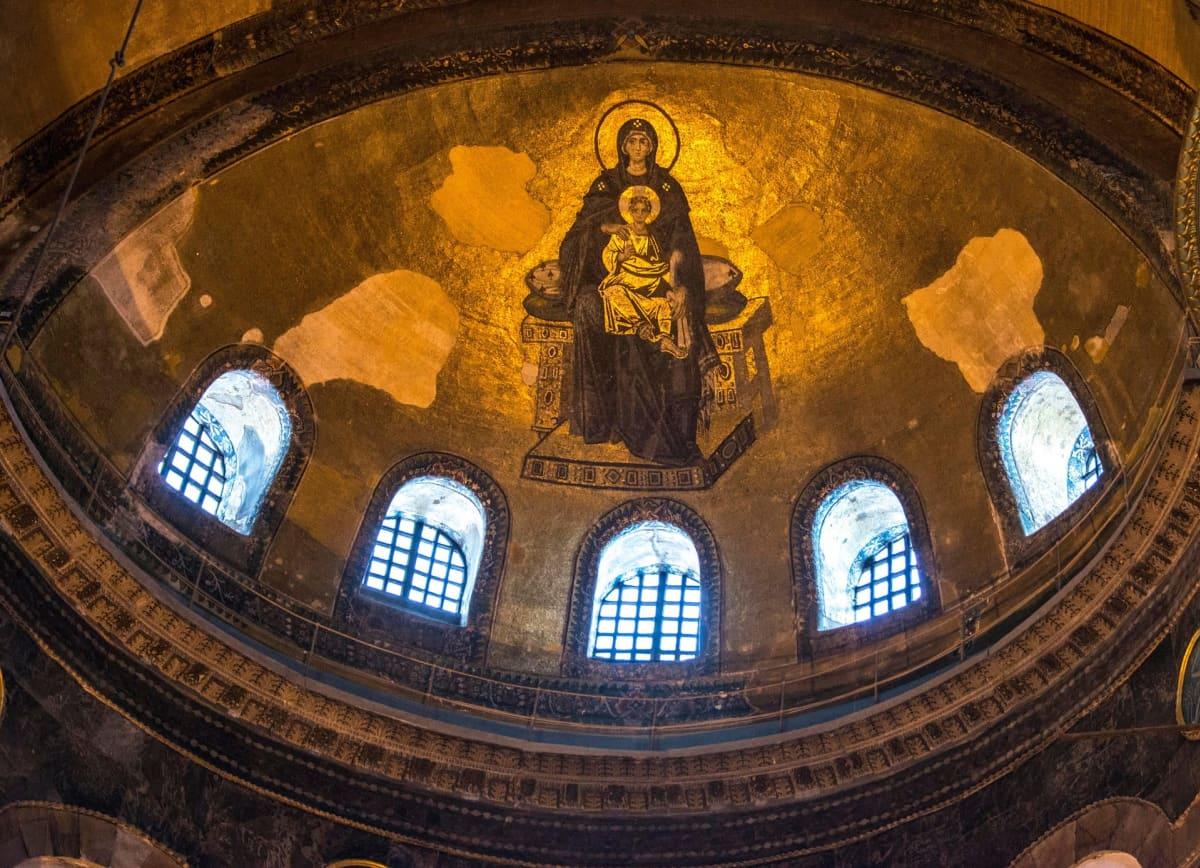 Neitsyt Maria ja Jeesus-lapsi kuvattuna katossa