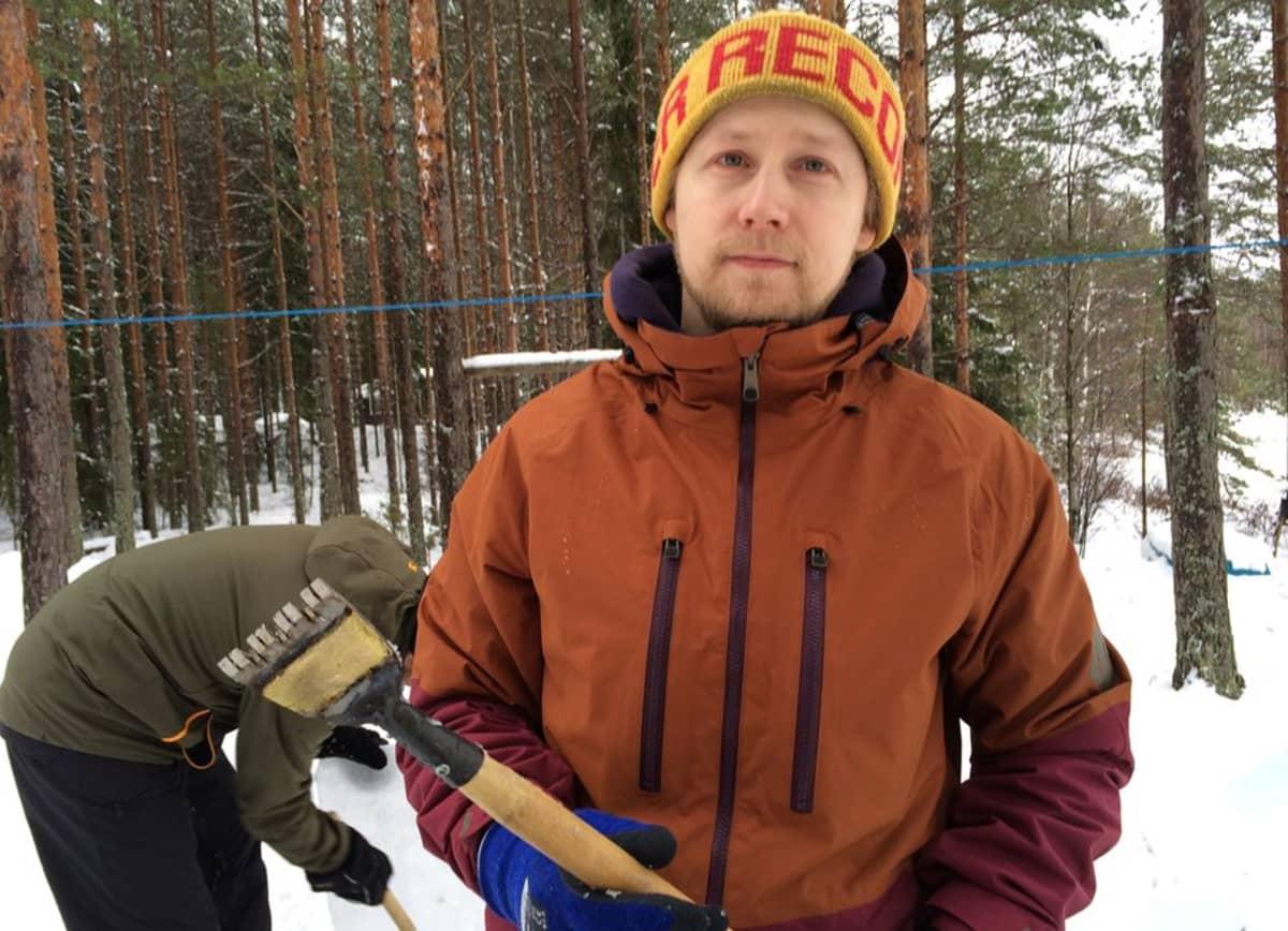 Lumistien Aleksi Salakka esittelee jäänveistossa käytettävää työkalua