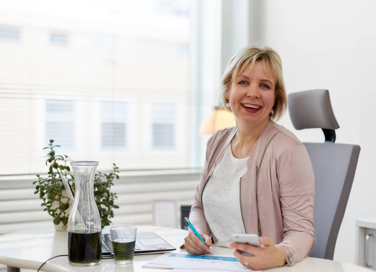 Yrittäjävalmentaja Tytti laine, istuu toimistossan Porissa.