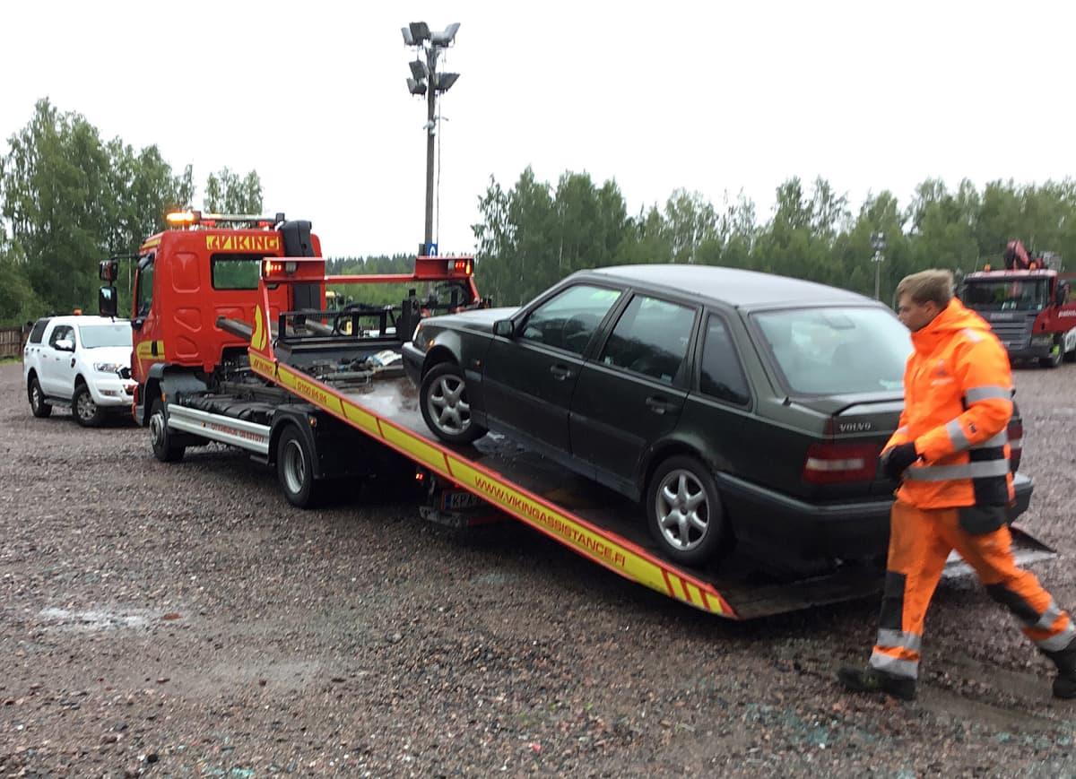 Väärin pysäköity auto on saapunut ajoneuvojen siirtokeskukseen Helsingissä.