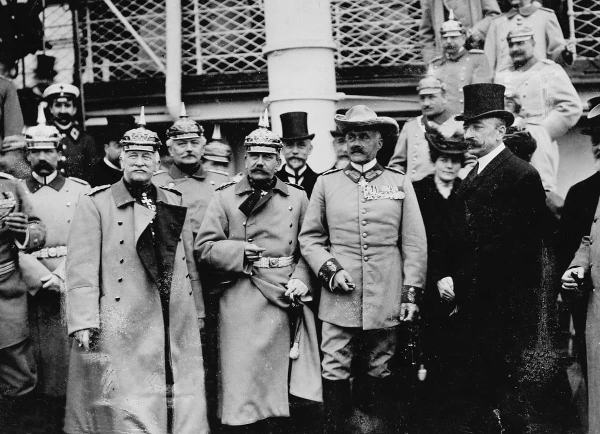 Saksalaisia siirtomaa-ajan upseereita ryhmäkuvassa.