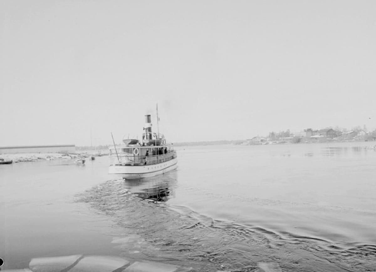 Hailuoto-laiva kävi sulan veden aikana joka päivä kääntymässä Oulussa toukokuusta joulukuulle.