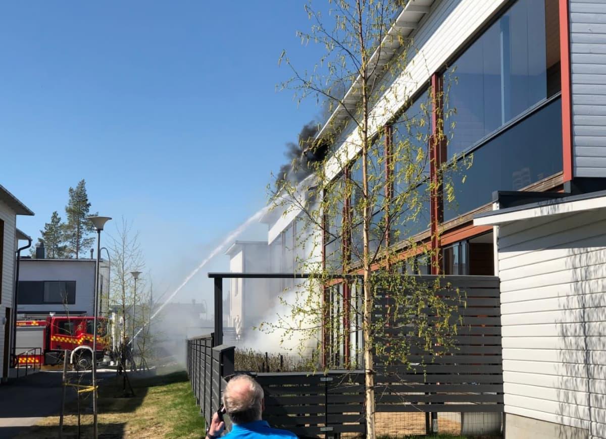 Rivitalo tulessa Kuopion Saaristokaupungissa.