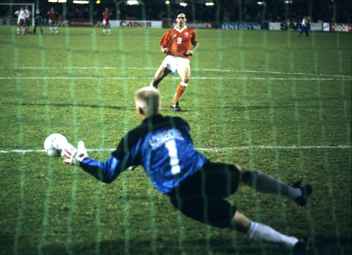 Schmeichel torjuu Van Bastenin rankkarin vuonna 1992