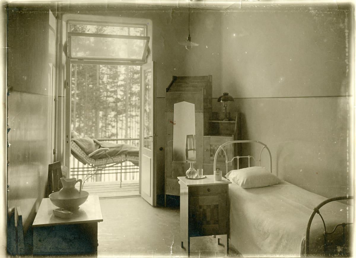 Yksityispotilaan huone vanhassa keuhoparantolassa